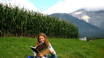 Die Autorin Ingeborg Schmid-Mummert liest vor der Kulisse von Barwies im Mieming-Buch, Foto: Knut Kuckel