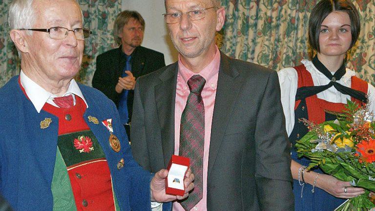 Bürgermeister Franz Dengg verleiht den 1. Ehrenring der Gemeinde Mieming an Siegfried Köll. Foto: Anni Fischer