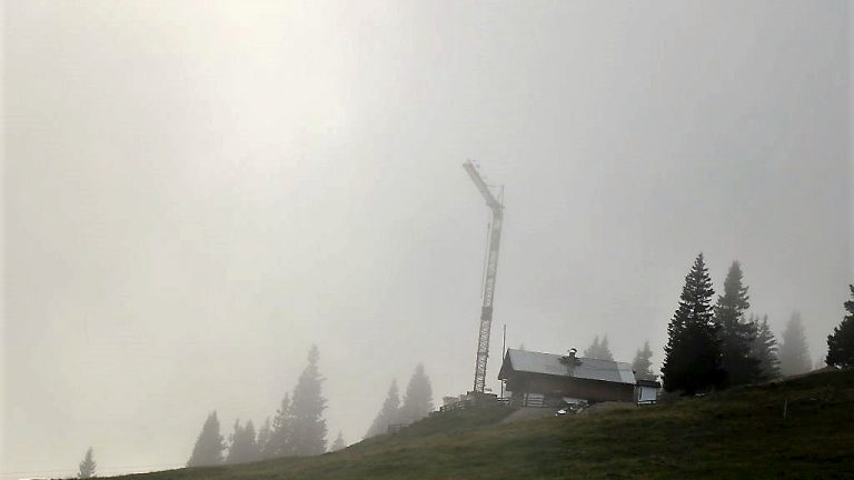 """Baubeginn - """"Kranhöhe Feldereralpe über 1800 Meter"""", Foto: Knut Kuckel"""