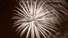 Mieming begrüßt das neue Jahr 2016 mit einem großen Feuerwerk. Foto: Knut Kuckel