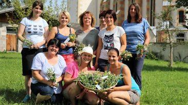 Kräuterbuschen binden mit den Mieminger Bäuerinnen, Foto: Knut Kuckel / #tirolbayern