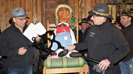Bgm. Franz Dengg (rechts) übergab den Gemeindeschlüssel an die neue Chefin und Wolfgang Schatz (links). Foto: Margit Offer
