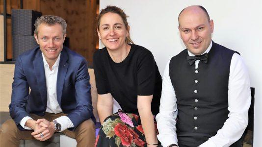 """""""Wir sind soweit"""", sagen Franz-Josef und Katharina Pirktl aus der Geschäftsleitung mit Sommelier und Servicemanager Christian Auer. Foto: Knut Kuckel"""
