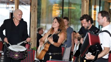 Musik und gute Laune - zur kleinen Eröffnung lud die Hoteliersfamilie Pirktl alle Nachbarn ins neue Schwarz ein. Foto: Knut Kuckel