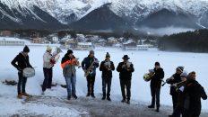 Musikalischer Silvestergruß zum Sonnenaufgang am Zirchbichl in Barwies. Foto: Knut Kuckel